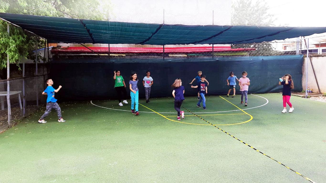 Copii jucându-se în curtea școlii